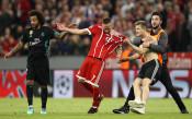 Фенове нахлуха на терена в Мюнхен, един атакува Рибери