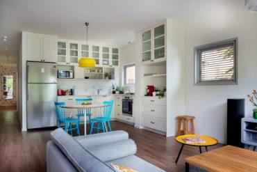 Светъл и просторен апартамент с интересни идеи за съхранение [65 м²]