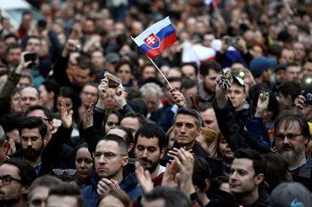 Все още гневни, протестиращите в Словакия продължават натиска срещу корупцията