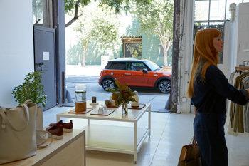 Временен автосалон представя новостите при МИНИ в София