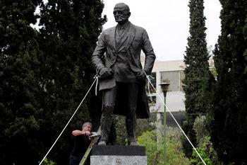 Фотогалерия: Гръцки комунисти с флекс срещу статуя на Хари Труман