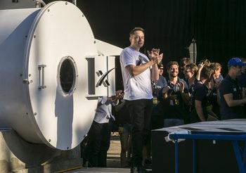 Илън Мъск иска да приземява ракетни степени с… балони