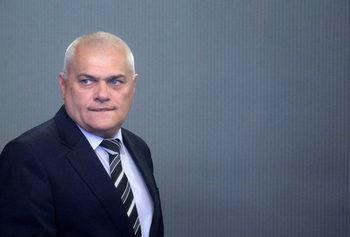 Министър Радев още се чуди кого и как да накаже за пропуска на летище София