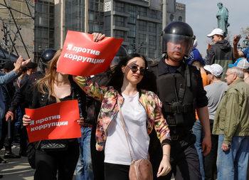 Фотогалерия: Протест срещу Путин и рекордни арести в Русия