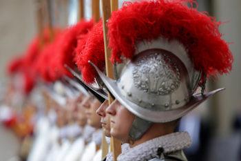 Фотогалерия: Високотехнологичните шлемове на папските гвардейци