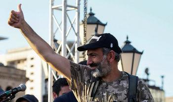 Кой е Никол Пашинян – бившият журналист, решен да стане премиер на Армения