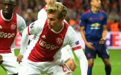 Барселона започна официални преговори с Аякс за Де Йонг
