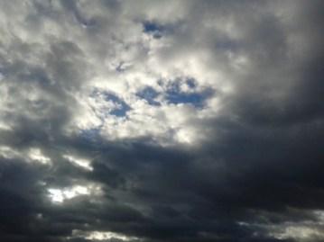 Дъждът спира, остава облачно