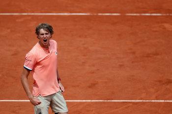 """Зверев спечели трети пореден петсетов мач и стигна четвъртфиналите на """"Ролан Гарос"""""""