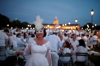 Фотогалерия: Изкуството да вечеряш в бяло