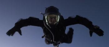 Видео: Том Круз пада в каскада 7 км без да използва парашут