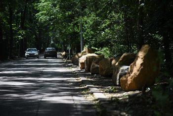 Камъни заменят антипаркинг колчетата в София