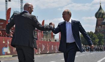 Фотогалерия: Путин и Инфантино показват футболни умения на Червения площад