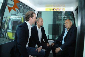 Снимка на деня: Трима в една кабинка