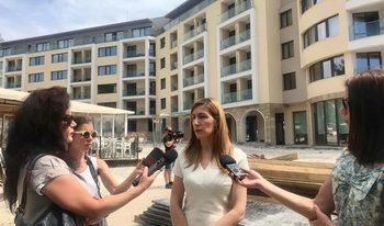 Ангелкова се похвали с ръст от 9% на чуждестранните туристи, скандалите не пречели на сезона