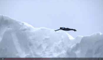 Между лудостта и каузата: да скочиш от айсберг в ледените води (видео)