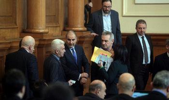 Волен Сидеров обяви, че депутат на Симеонов го е бутнал в парламента