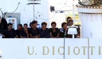 """Италиански прокурори ще разследват забраната за слизане на мигрантите от кораба """"Дичоти"""""""