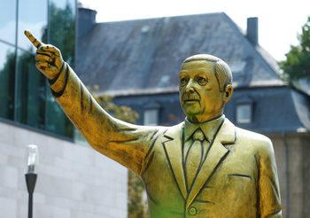 """Снимка на деня: """"Златен Ердоган"""" се появи в Германия"""