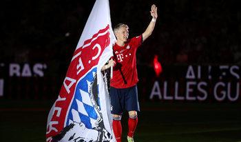 "Фотогалерия: Сбогуването на ""Байерн"" с футболния бог Швайнщайгер"