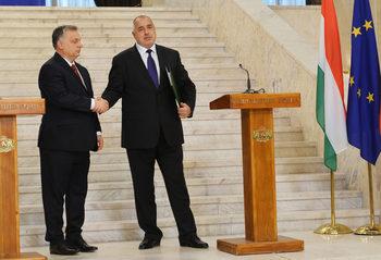 Вечерни новини: Правителството в защита на Орбан, Аpple плати на Ирландия 13 млрд. евро