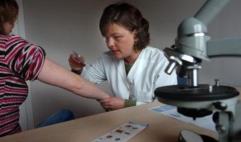 Учени твърдят, че са открили ваксина за меланома след опити върху мишки
