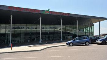 Пожар горя до летището в Пловдив, огънят достигна пистата