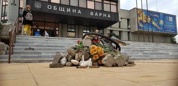 Грамадата пред варненското кметство изчезна часове, след като беше издигната