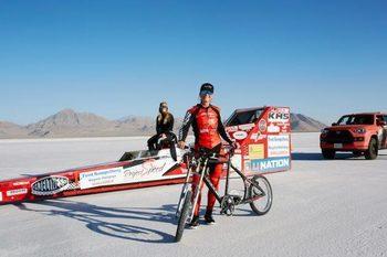 Видео: Американка счупи рекорда за най-висока скорост на колело, като стигна близо 300 км/ч