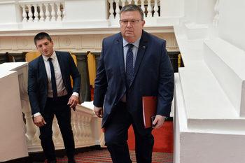 Нелегалното производство на цигари не е престъпление, напомни Цацаров на депутатите