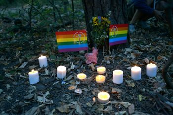Снимка на деня: Свещи в памет на убития по хомофобски подбуди
