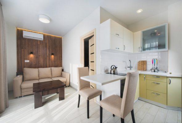 Практичен и стилен интериор на малък апартамент тип студио [22 м²]