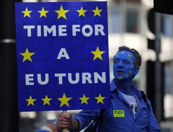 Стотици хиляди демонстрират в Лондон за референдум срещу Брекзит