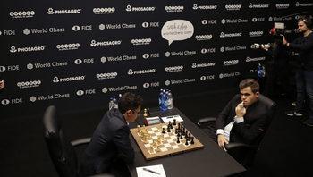 Пълното равенство между Карлсен и Каруана се запази и след десетата партия