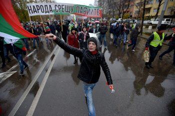 Площадът иска оставка, организаторите на протестите – неясно какво