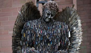 Снимка на деня: Ангел от сто хиляди ножа бди над Ливърпул