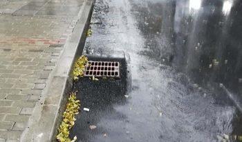 """Шахти по ремонтирана варненска улица щели """"временно"""" да стърчат над нивото й до пролетта"""