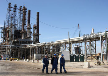 ОПЕК ще съкрати добива на петрол повече от исканото от Саудитска Арабия