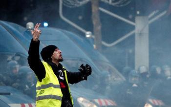 Протестът в Париж премина сравнително мирно и с по-малко задържани