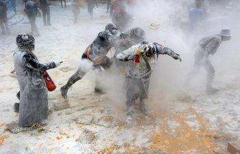 Фотогалерия: Бой с яйца и брашно за Деня на лъжата в Испания