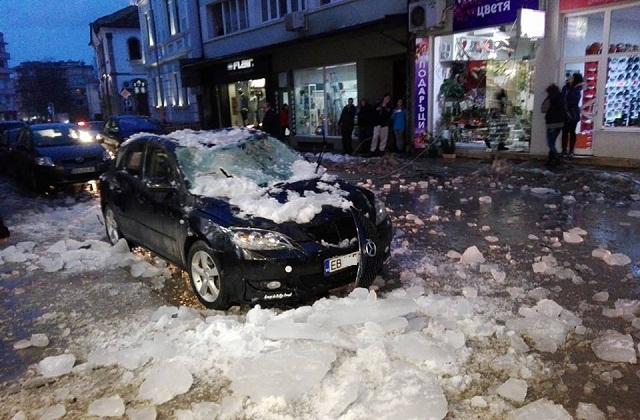 Опасно надвиснал сняг и ледени висулки дебнат гражданите
