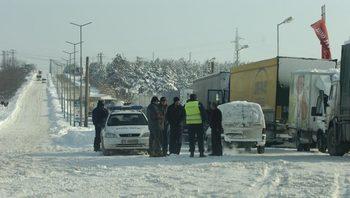 Над 750 машини чистят пътищата от снега, ограничения има само за камиони