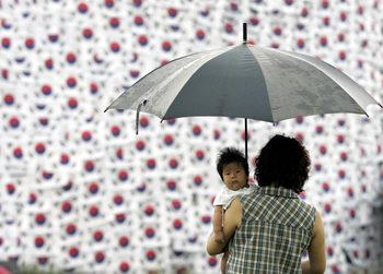 Не пари, а уважение за жените: така Южна Корея се бори с демографската криза