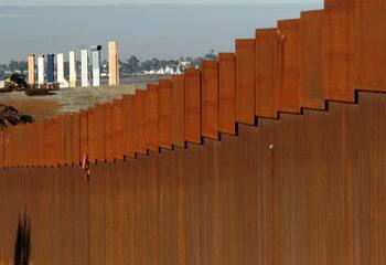 Тръмп обмисля да обяви извънредно положение, за да построи стената си