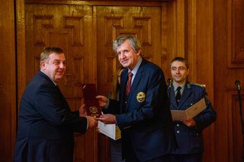 Единайсет академици искат Борисов да подкрепи Каракачанов и да даде ценни указания