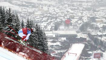 """Фотогалерия: Легендарното спускане по """"Щрайф"""", или шоуто на безстрашните скиори"""