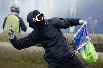 Франция ще преследва със закон маскирани и хулигани сред протестиращите