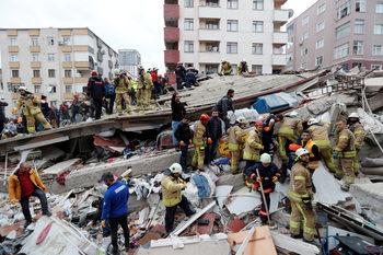Двама души загинаха след срутване на жилищна сграда в Истанбул