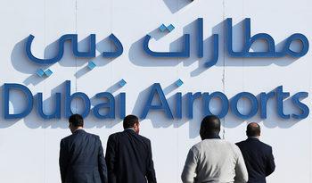 Летището в Дубай спря за кратко всички полети заради дронове