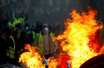 """За пръв път повече от половината французи искат """"жълтите жилетки"""" да спрат протестите"""